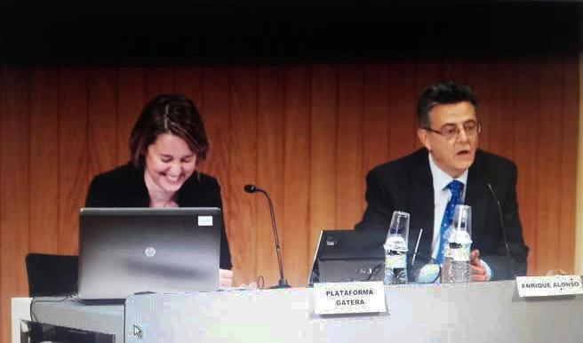 Ricardo Alonso, del Consejo de Estado, y Agnès Dufau, de la Plataforma Gatera, hablando de gatos de la calle y de lo importante que es su protección. / Foto: Emma Infante
