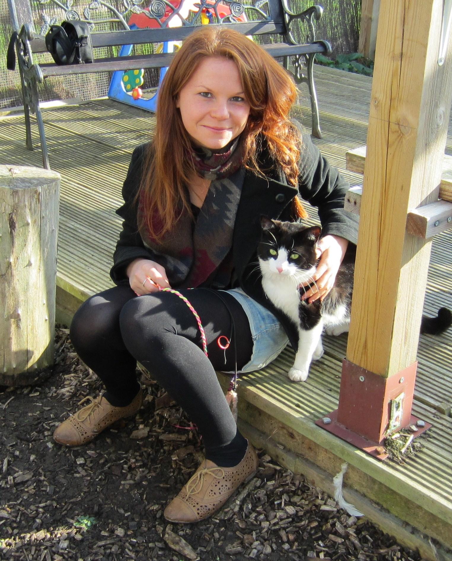 La investigadora felina Lauren Finka con el gato Hamish. / Foto: Universidad de Lincoln